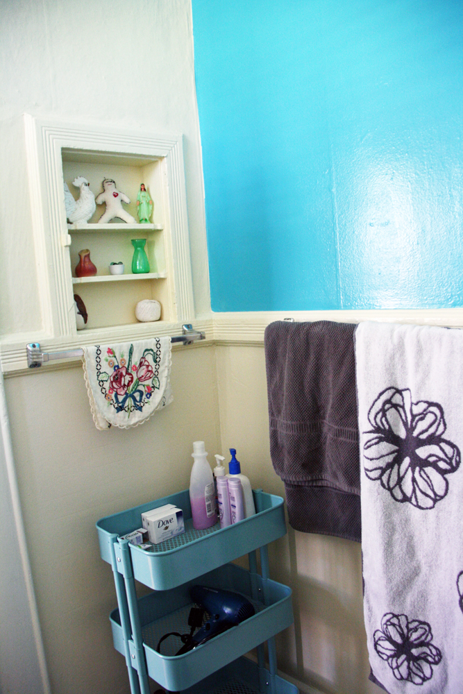 Cute Portland Apartment Bathroom | redleafstyle.com