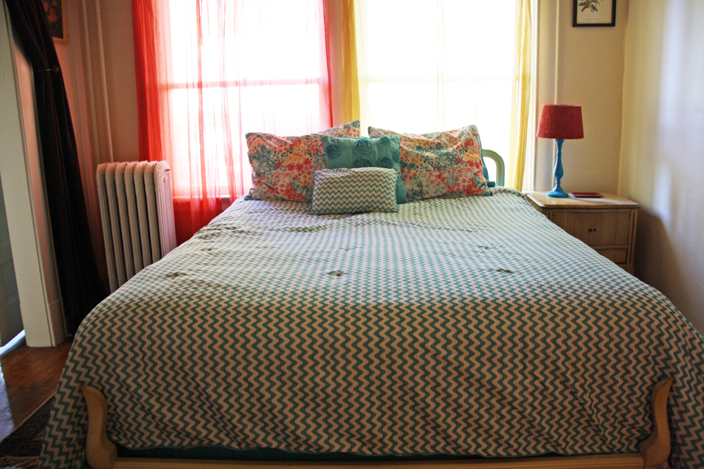 Cute Apartment Bedroom | redleafstyle.com