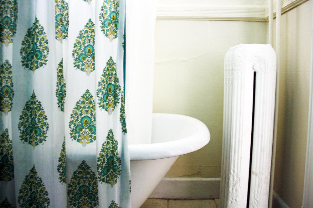 Cute Portland Apartment Bathroom | redleafstyle.com