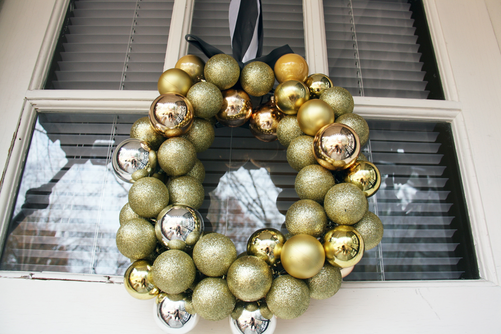 Gold ornament wreath | redleafstyle.com