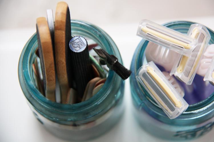 Mason jars holding razors | redleafstyle.com