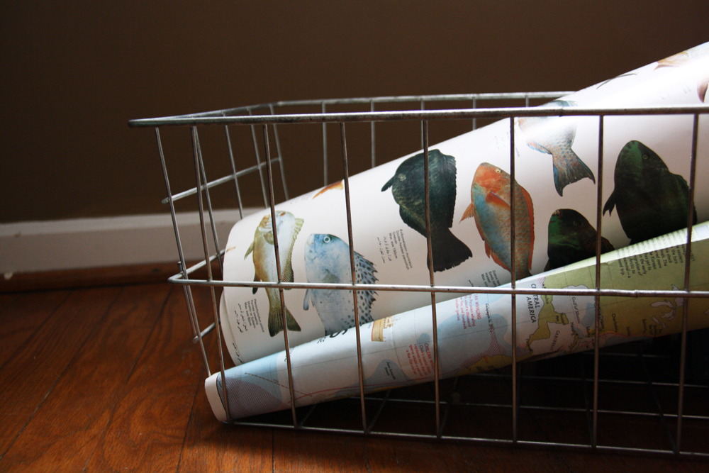 Wire basket with posters | redleafstyle.com