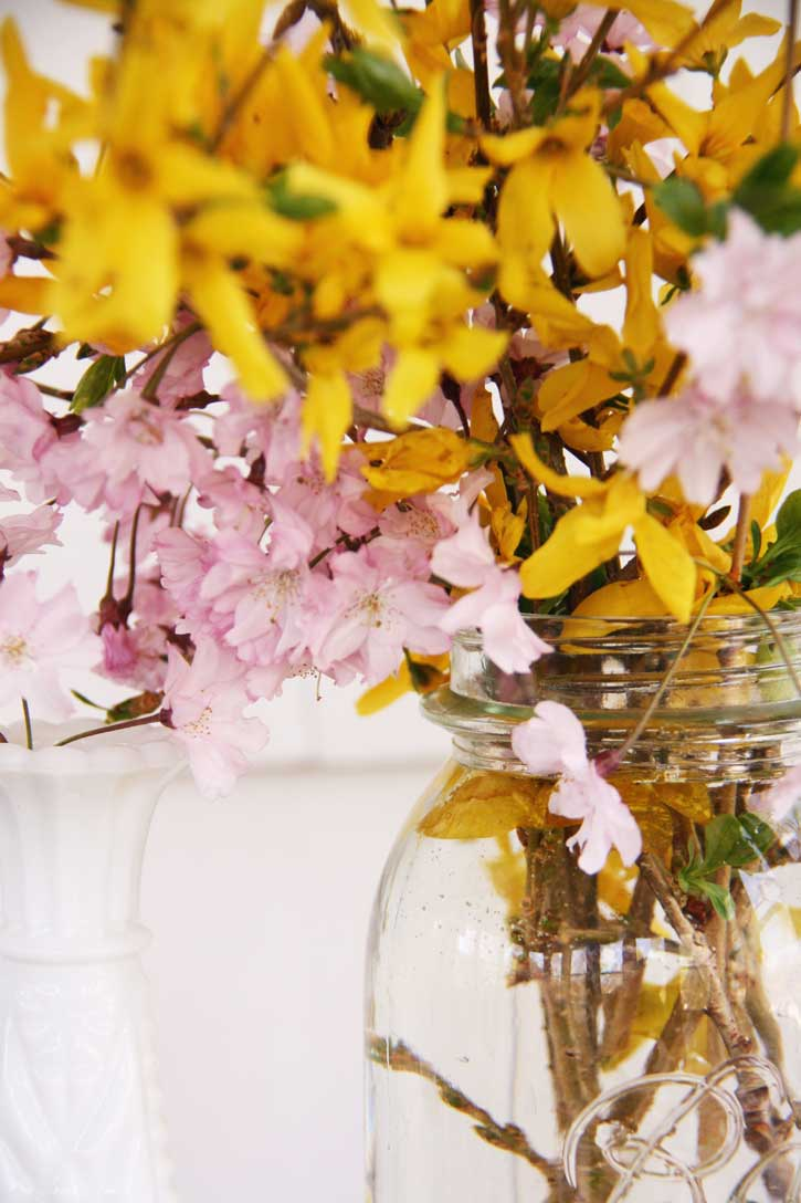 Decorating with spring flowers | redleafstyle.com