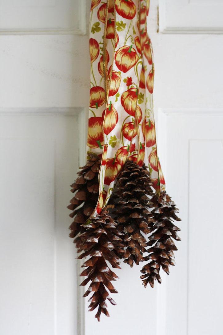 Pinecone Door Hanger | redleafstyle.com
