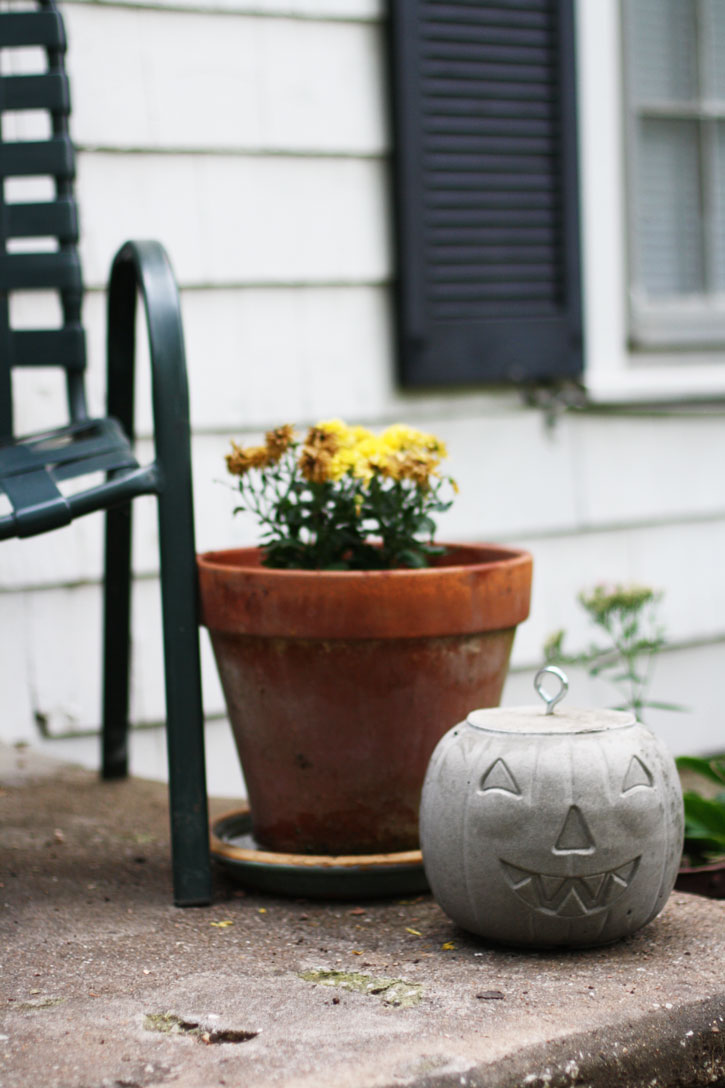 Get going on this concrete pumpkin project for Halloween. | redleafstyle.com