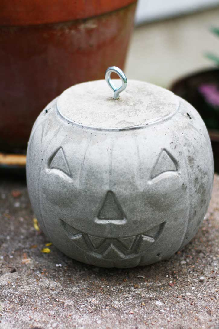 These cement pumpkins are the ultimate outdoor Halloween decor. | redleafstyle.com